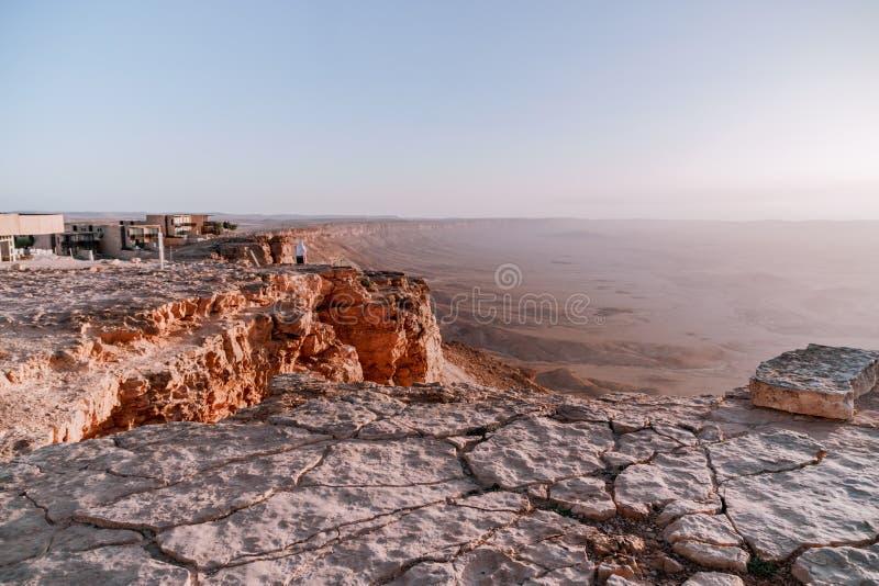 Ανατολή στην ξηρά έρημο negev του Ισραήλ Καταπληκτική άποψη σχετικά με τα mountaines, τους βράχους και τον ουρανό Εθνικό πάρκο ma στοκ φωτογραφία με δικαίωμα ελεύθερης χρήσης