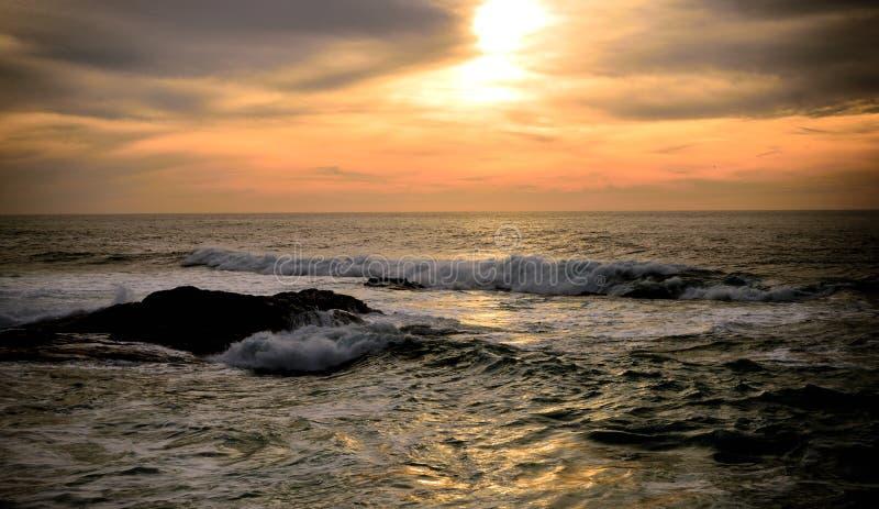 Ανατολή στη θάλασσα, πολλά σύννεφα στον ουρανό, Ατλαντικός Ωκεανός στοκ εικόνα