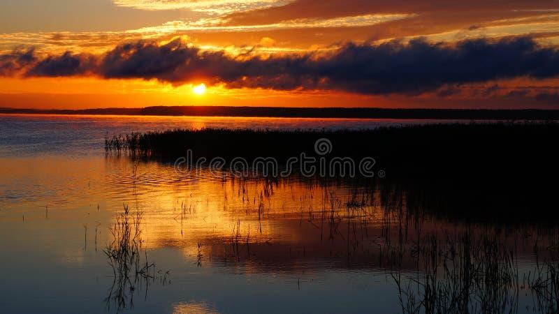 Ανατολή στη λίμνη στοκ εικόνες