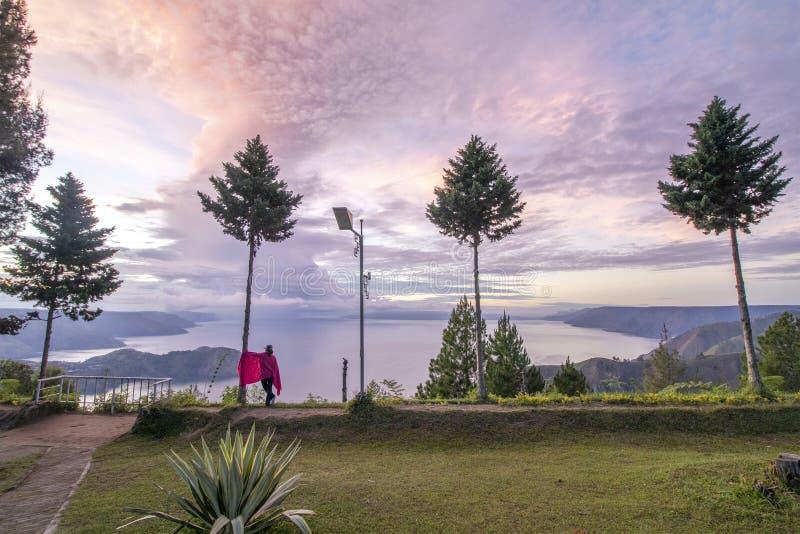 Ανατολή στη λίμνη Toba στοκ εικόνες