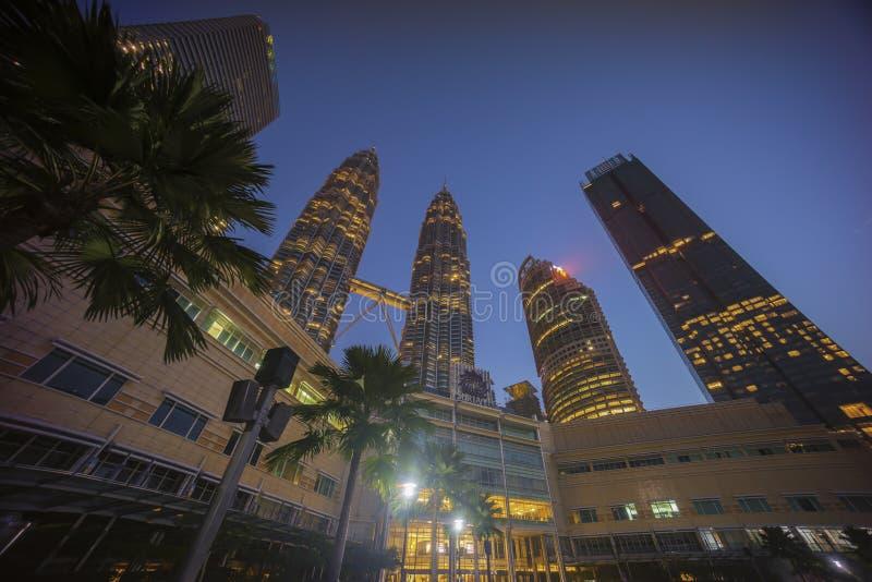 Ανατολή στον ορίζοντα πόλεων της Κουάλα Λουμπούρ με τους δίδυμους πύργους Petronas KLCC στοκ εικόνες