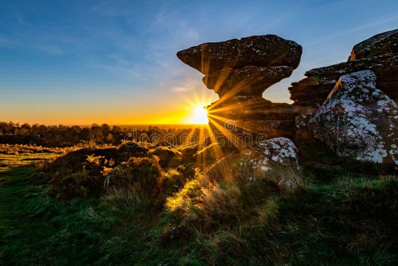 Ανατολή στους βράχους Brimham στο βόρειο Γιορκσάιρ στοκ εικόνες