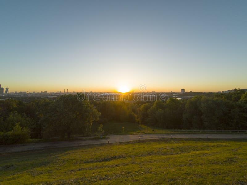 Ανατολή στους λόφους σπουργιτιών επάνω από το στάδιο της Μόσχας ` s Luzhniki στοκ φωτογραφίες με δικαίωμα ελεύθερης χρήσης