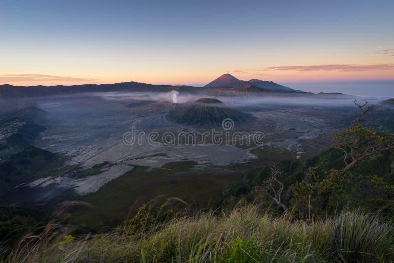 Ανατολή στο ενεργό βουνό ηφαιστείων Bromo, ανατολική Ιάβα, Ινδονησία στοκ εικόνα με δικαίωμα ελεύθερης χρήσης