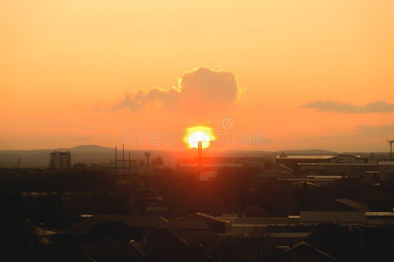 Ανατολή στο μικρού χωριού ηλιοβασίλεμα ενάντια στη σκιαγραφία της πόλης στοκ φωτογραφίες με δικαίωμα ελεύθερης χρήσης