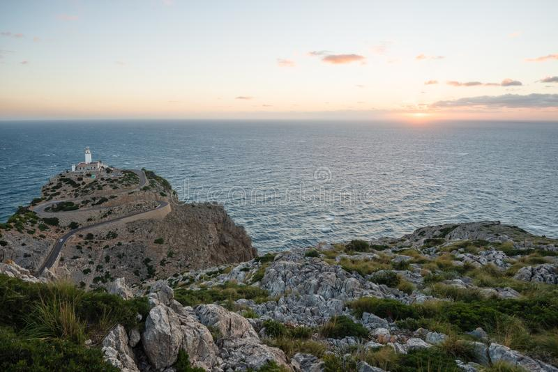 Ανατολή στο φάρο σε ΚΑΠ de Formentor, Μαγιόρκα στοκ εικόνες