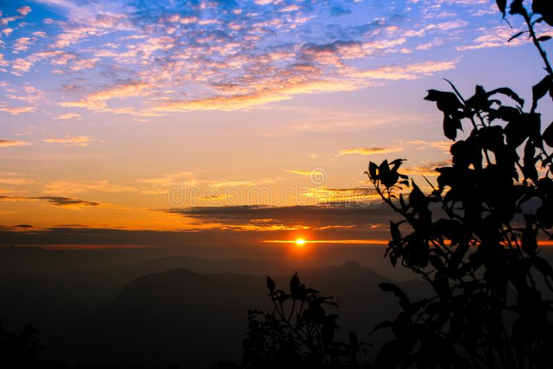 Ανατολή της Misty πέρα από τα βουνά στοκ εικόνα