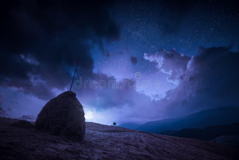 Ανατολή του φεγγαριού με τα σύννεφα σε έναν έναστρο ουρανό νύχτας στοκ εικόνες