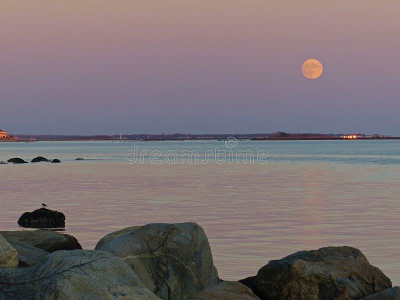 Ανατολή του φεγγαριού πέρα από τον ήχο Long Island στοκ φωτογραφία