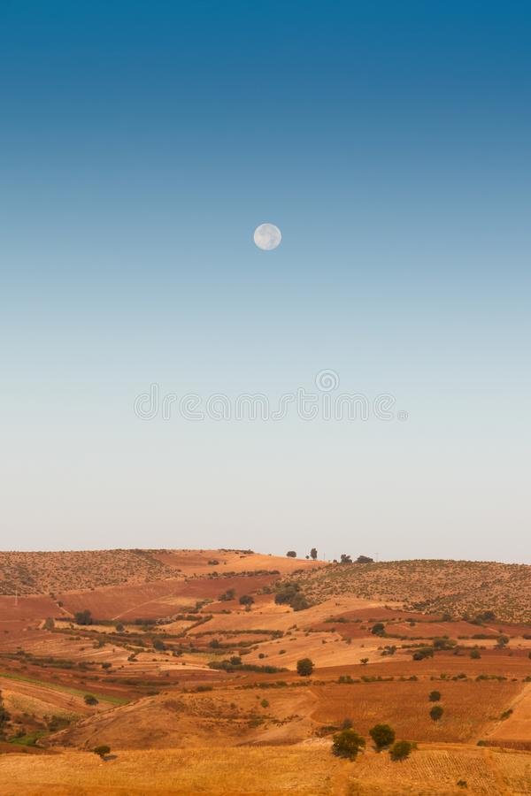Ανατολή του φεγγαριού πέρα από τους λόφους κοντά στο τουρκικό χωριό Oymaagac στοκ φωτογραφία