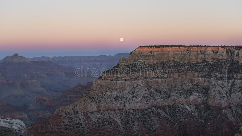 Ανατολή του φεγγαριού πέρα από το θεαματικό μεγάλο φαράγγι, Αριζόνα, Ηνωμένες Πολιτείες της Αμερικής στοκ φωτογραφίες