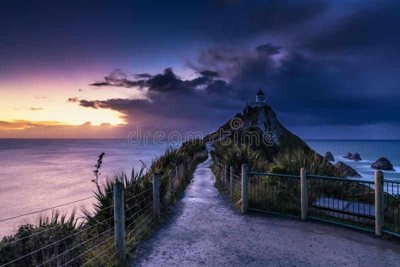 Ανατολή φάρων σημείου ψηγμάτων, Νέα Ζηλανδία στοκ φωτογραφία