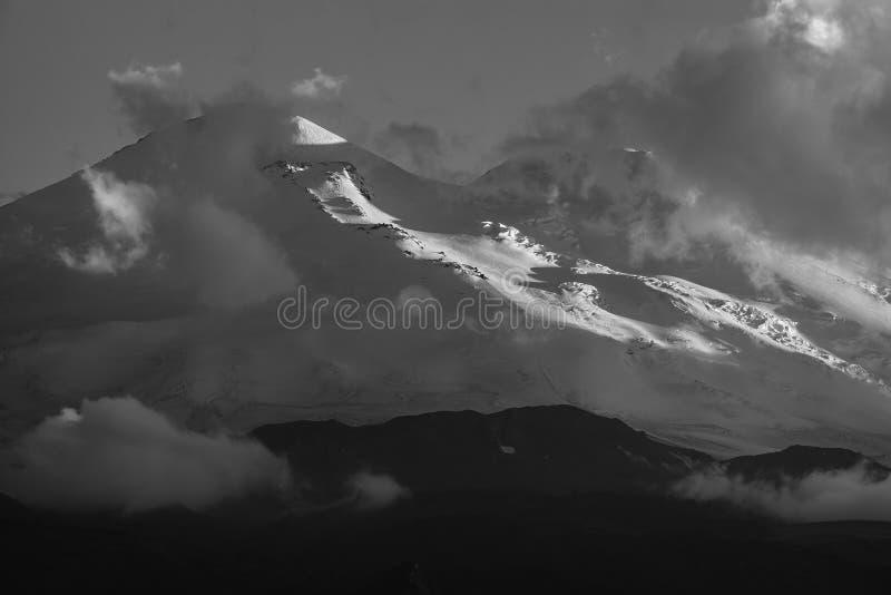 Ανατολική αιχμή του υποστηρίγματος Elbrus κατά τη διάρκεια του ηλιοβασιλέματος στις ακτίνες στοκ φωτογραφίες με δικαίωμα ελεύθερης χρήσης