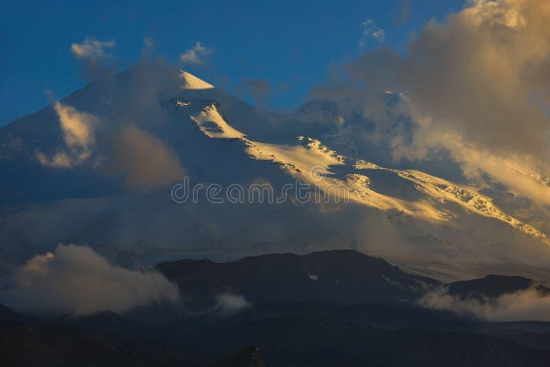 Ανατολική αιχμή του υποστηρίγματος Elbrus κατά τη διάρκεια του ηλιοβασιλέματος στις ακτίνες στοκ εικόνες