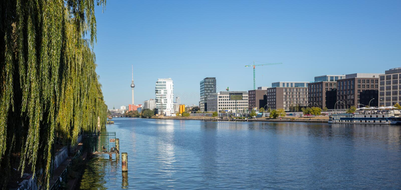 Ανατολική πλευρά ποταμών ξεφαντωμάτων στο Βερολίνο, Γερμανία Βιομηχανική περιοχή, πύργος TV και γέφυρα Oberbaum Πανοραμική άποψη, στοκ εικόνες με δικαίωμα ελεύθερης χρήσης