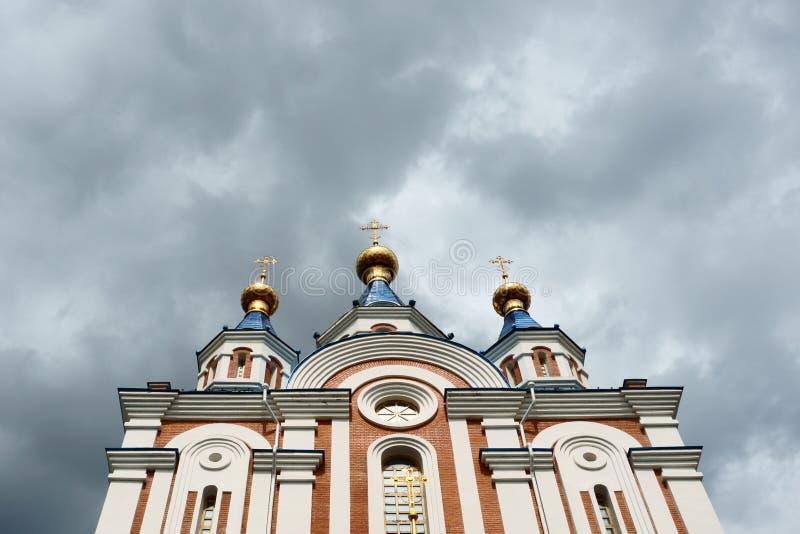 Ανατολικοί ορθόδοξοι σταυροί στους χρυσούς θόλους ή τους θόλους στοκ φωτογραφία με δικαίωμα ελεύθερης χρήσης