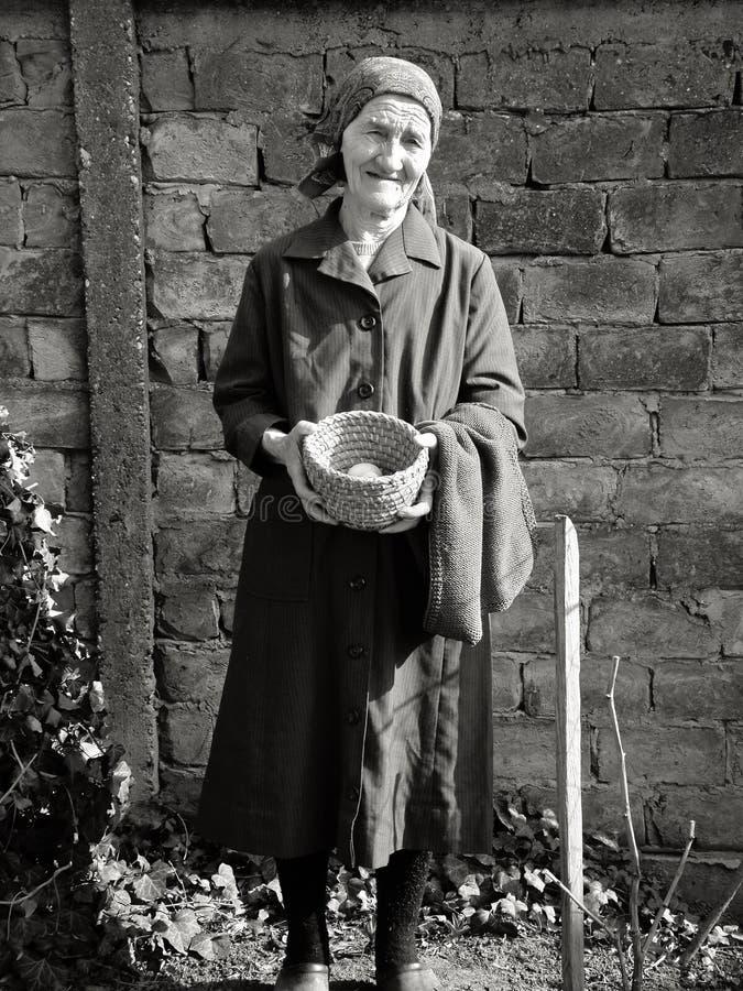 Ανατολικο-ευρωπαϊκά ανώτερα αυγά εκμετάλλευσης γυναικών στα χέρια της στοκ εικόνα