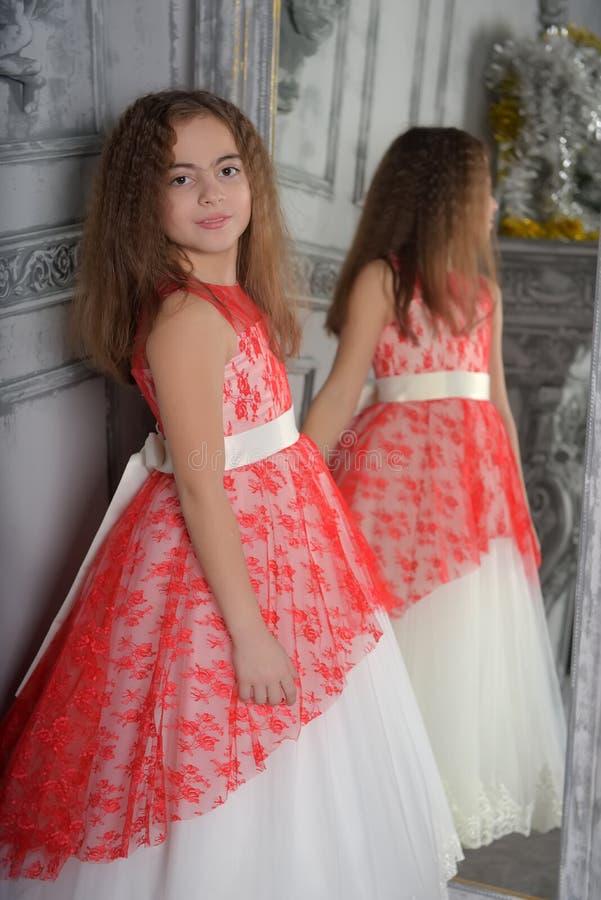 Ανατολικός τύπος το κορίτσι το brunette στο λευκό με ένα κόκκινο κομψό φόρεμα στοκ εικόνες με δικαίωμα ελεύθερης χρήσης