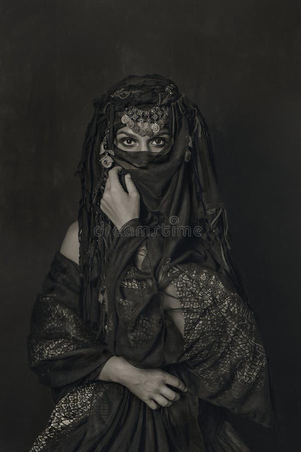 Ανατολικό εννοιολογικό πορτρέτο κοστουμιών πριγκηπισσών γυναικών στοκ εικόνα
