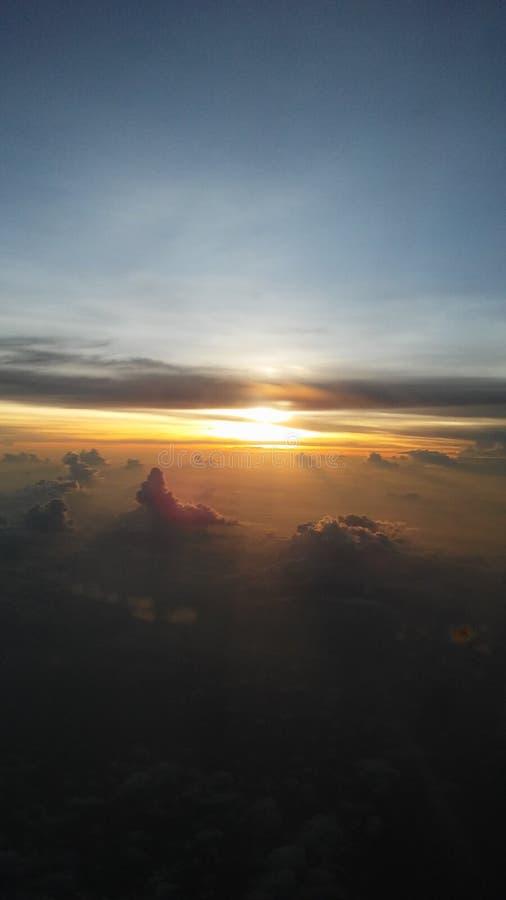 Ανατολή επάνω από το Κόλπο της Ταϊλάνδης - άποψη από το παράθυρο αεροπλάνων στοκ φωτογραφίες με δικαίωμα ελεύθερης χρήσης