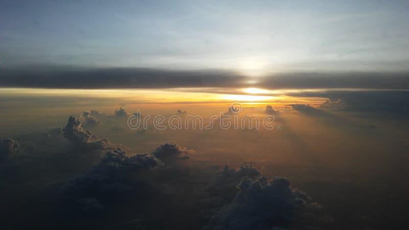 Ανατολή επάνω από το Κόλπο της Ταϊλάνδης - άποψη από το παράθυρο αεροπλάνων στοκ εικόνα