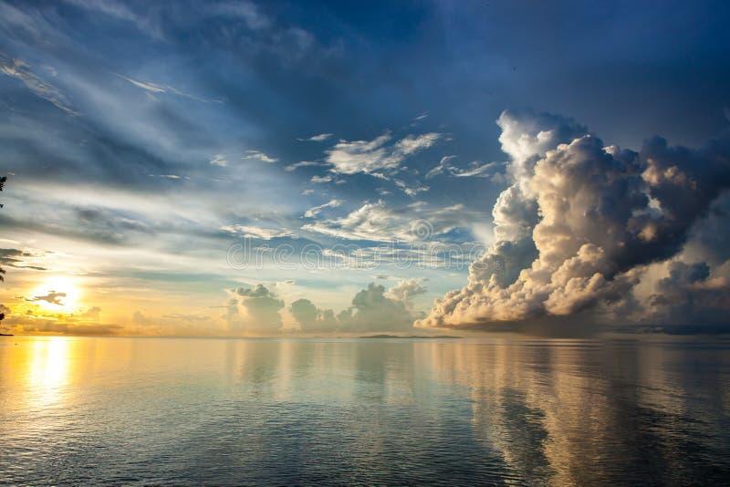 Ανατολή επάνω από Sulu τη θάλασσα στο Μπόρνεο στοκ εικόνα