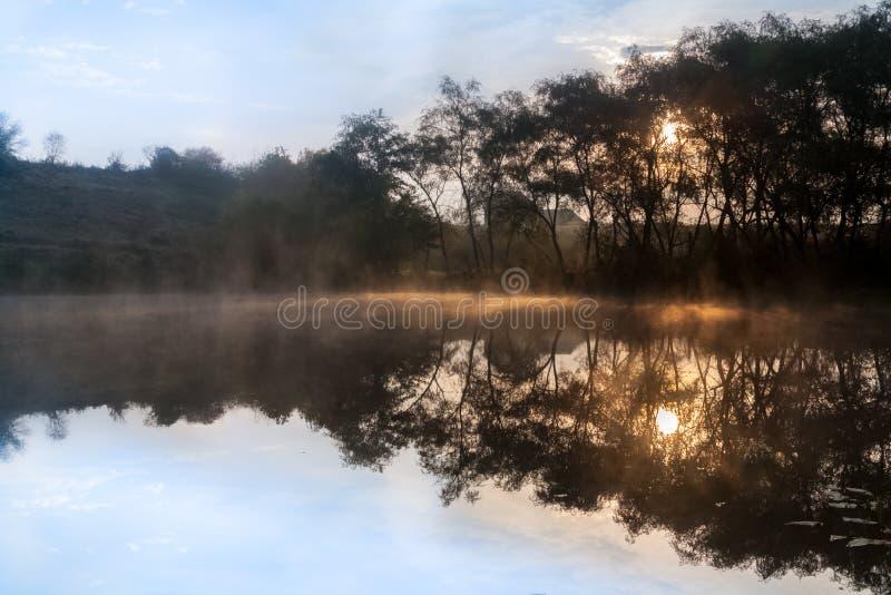 Ανατολή, η υδρονέφωση πέρα από τη λίμνη στοκ εικόνες