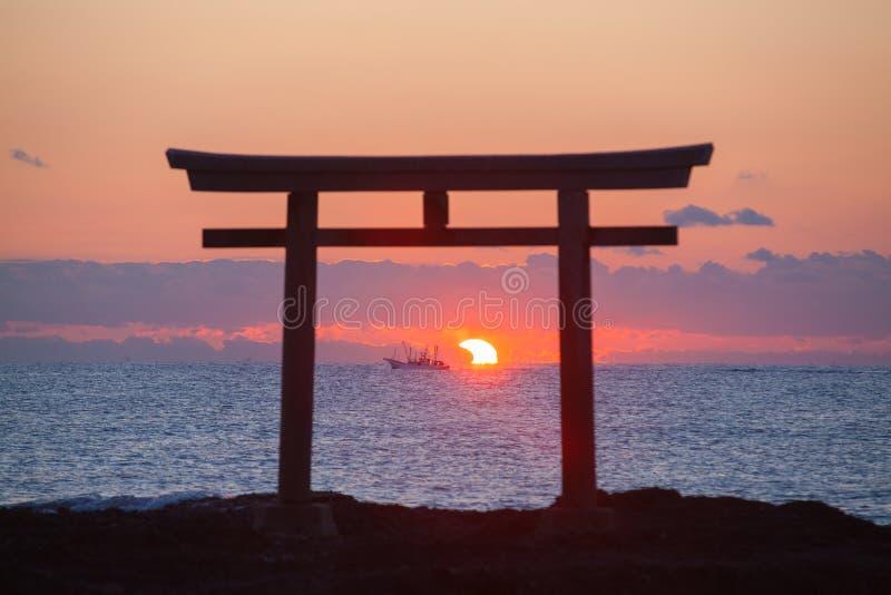 Ανατολή και θάλασσα στην ιαπωνική πύλη shinto στοκ εικόνες