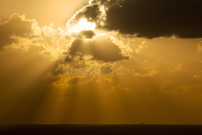 Ανατολή μέσω των σύννεφων στοκ εικόνες με δικαίωμα ελεύθερης χρήσης