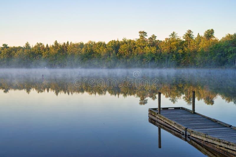 Ανατολή ξημερωμάτων στη λίμνη χυμού φοινικόδεντρου, Μαίην στοκ φωτογραφία
