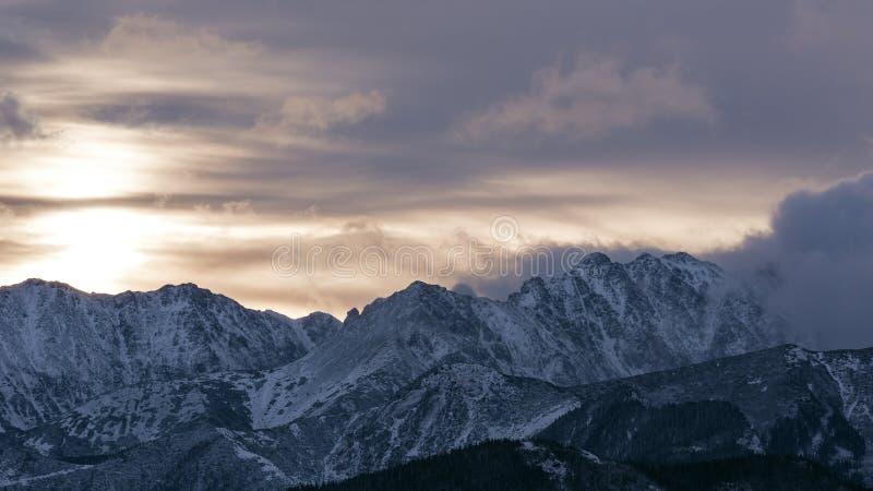Ανατολή πέρα από τα βουνά Tatra στοκ εικόνα