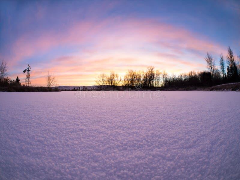 Ανατολή πέρα από την παγωμένη λίμνη στοκ εικόνες