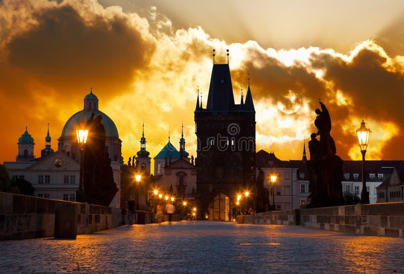 Ανατολή πέρα από την Πράγα - κοιτάξτε από τη γέφυρα του Charles (Karluv) στοκ εικόνα με δικαίωμα ελεύθερης χρήσης