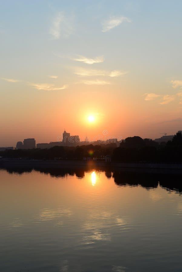 Ανατολή πέρα από την πόλη και τον ποταμό στοκ φωτογραφία με δικαίωμα ελεύθερης χρήσης