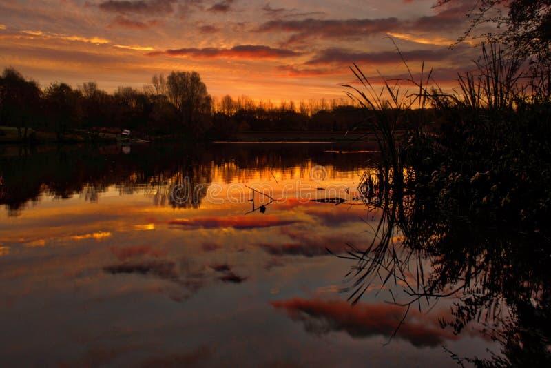 Ανατολή πέρα από τη λίμνη στο Shropshire UK στοκ εικόνες