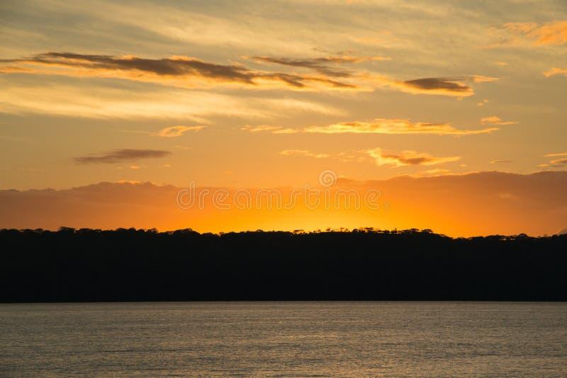 Ανατολή πέρα από τη λίμνη Apoyo κοντά στη Γρανάδα, Νικαράγουα στοκ εικόνες