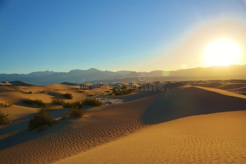 Ανατολή πέρα από τους αμμόλοφους άμμου και τα βουνά στοκ φωτογραφία με δικαίωμα ελεύθερης χρήσης