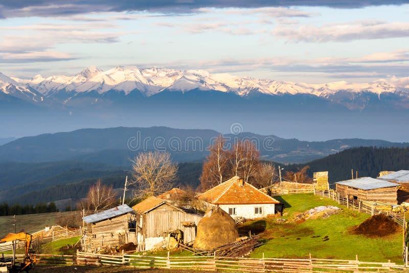 Ανατολή πέρα από το μικρό χωριό στο βουνό Rhodope bulblet στοκ εικόνα με δικαίωμα ελεύθερης χρήσης