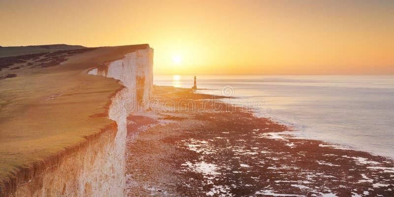 Ανατολή πέρα από το Beachy κεφάλι στη νότια παράλια της Αγγλίας στοκ εικόνες