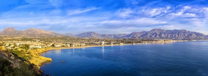 Ανατολή πέρα από Altea τον κόλπο, Κόστα Μπλάνκα Ισπανία, Αλικάντε πανοραμικός στοκ εικόνα