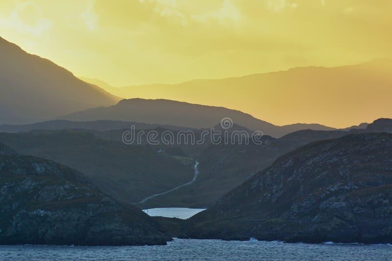 Ανατολή πίσω από τα βουνά στη σκωτσέζικη δυτική ακτή στοκ φωτογραφία με δικαίωμα ελεύθερης χρήσης