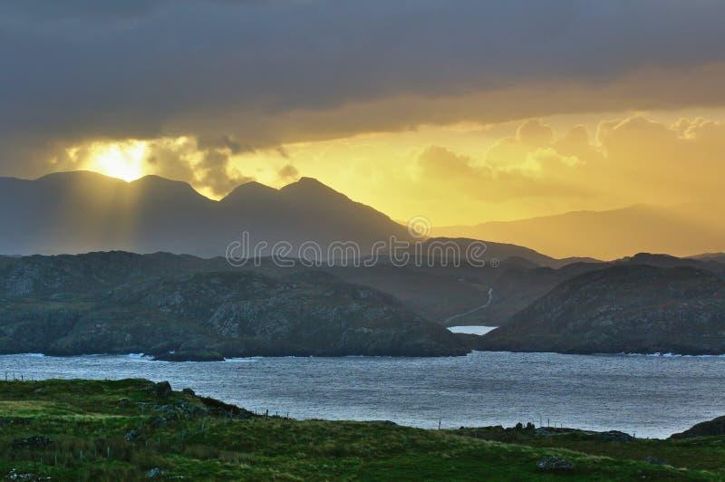 Ανατολή πίσω από τα βουνά στη σκωτσέζικη δυτική ακτή στοκ εικόνα