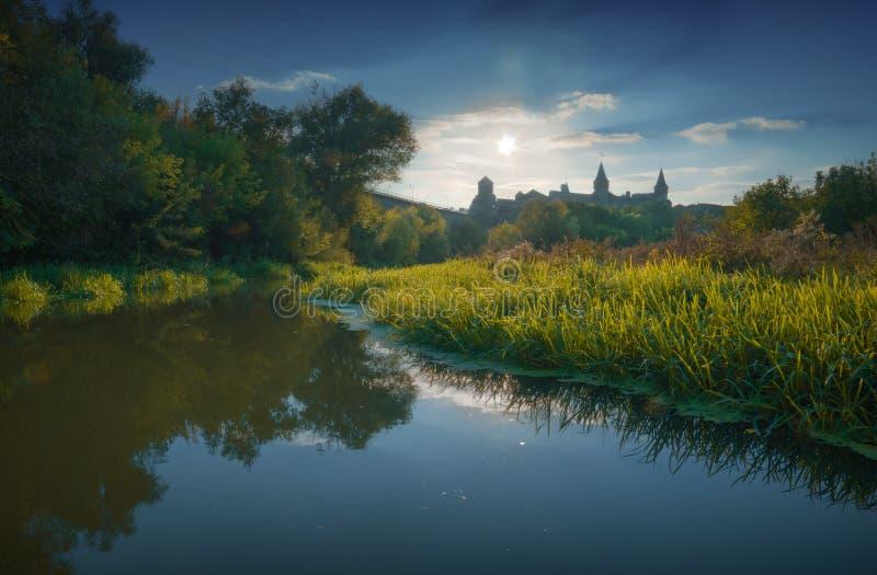 Download Ανατολή σε μια κοιλάδα με το κάστρο Στοκ Εικόνες - εικόνα από ορόσημο, κάστρο: 62718492