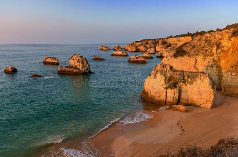 Ανατολή σε Praia DA Donna Anna στοκ φωτογραφία με δικαίωμα ελεύθερης χρήσης