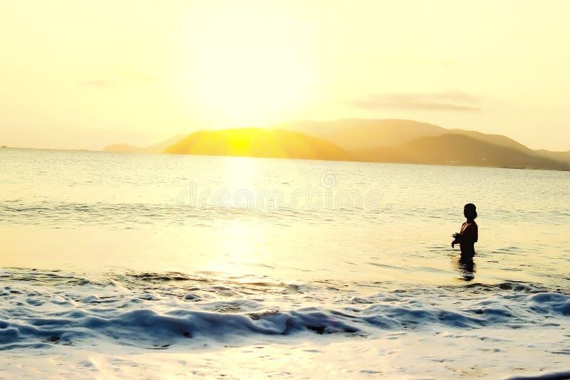 Ανατολή στην παραλία - εκλεκτής ποιότητας φίλτρο στοκ φωτογραφίες με δικαίωμα ελεύθερης χρήσης