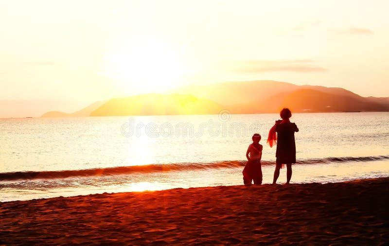 Ανατολή στην παραλία - εκλεκτής ποιότητας φίλτρο στοκ φωτογραφία