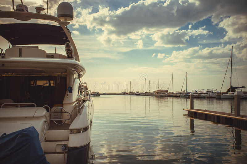 Ανατολή στην ωκεάνια λέσχη γιοτ μαρινών στοκ φωτογραφίες