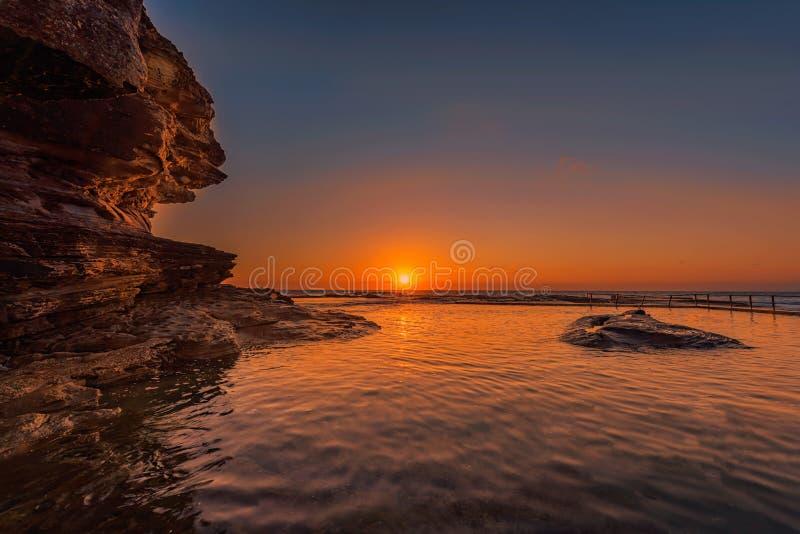 Ανατολή στη λίμνη βράχου στην παραλία μπουκλών βόρειων μπουκλών, Σίδνεϊ, Αυστραλία στοκ εικόνες