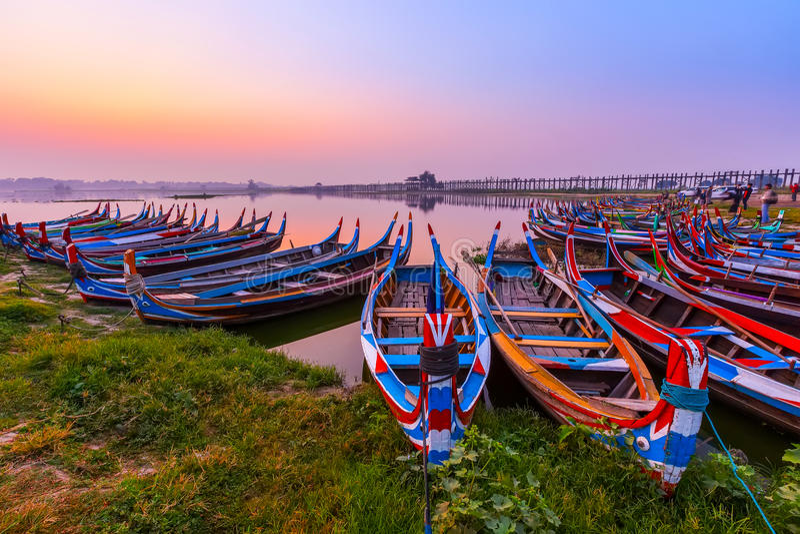 Ανατολή στη γέφυρα του U Bein με τη βάρκα, Mandalay, το Μιανμάρ στοκ εικόνα με δικαίωμα ελεύθερης χρήσης