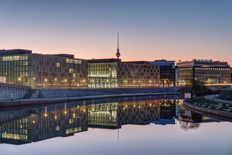 Ανατολή στο ξεφάντωμα ποταμών στο Βερολίνο στοκ φωτογραφία